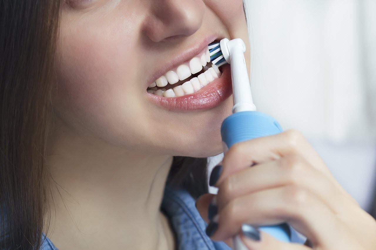 как чистить зубы электрической зубной щеткой